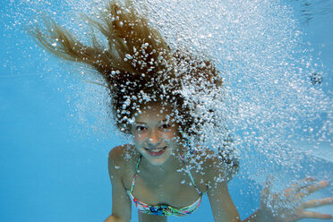 Girl underwater in a gush of bubbles - YRF000052