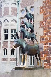 Germany, Bremen, statue of Town Musicians of Bremen at the town hall - KRP001097