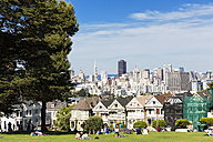 USA, California, San Francisco, Alamo Square Park, Painted Ladies in front of the Skyline of San Francisco - FOF007066