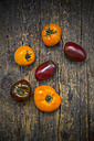 Six organic heirloom tomatoes on dark wood - LVF001865