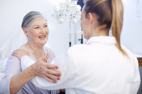 Smiling senior woman at the eye doctor - ZEF000692