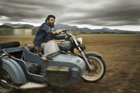 Man with full beard driving motorcycle with sidecar - KOF000014