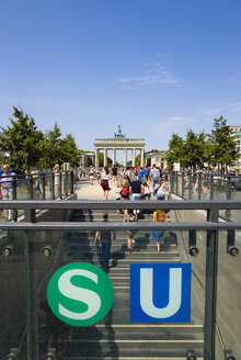Germany, Berlin, tourists at station Unter den Linden near Brandenburg Gate - PSF000641