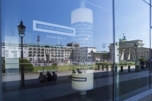 Germany, Berlin, Pariser Platz, Brandenburg Gate, Reflection - WI001022