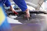 Car mechanic at work in repair garage - ZEF000535