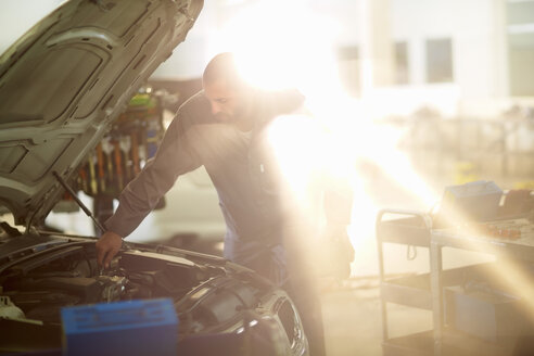 Car mechanic at work in repair garage - ZEF000544