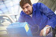 Smiling car mechanic in repair garage - ZEF000518