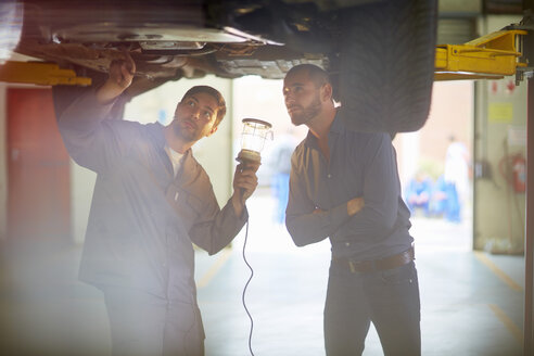 Car mechanic with client in repair garage - ZEF000551