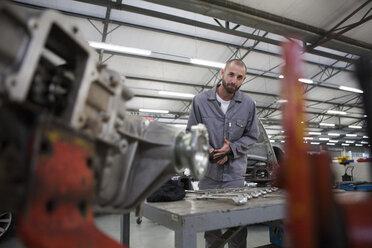 Car mechanic at work in repair garage - ZEF000562