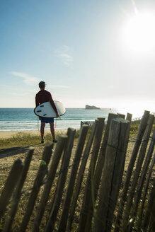 France, Brittany, Camaret-sur-Mer, surfer at the coast - UUF001805