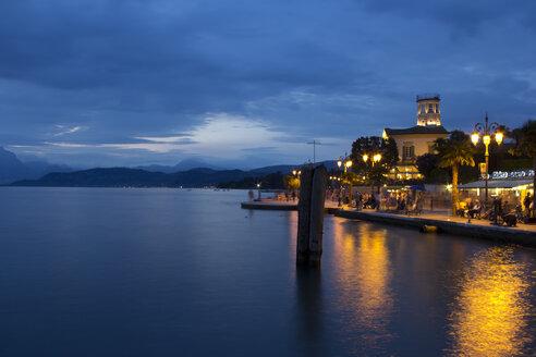 Italy, Veneto, Lazise, Lake Garda, Lazise, waterfront promenade, blue hour - YFF000235