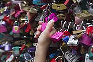 Italy, Veneto, Verona, hand holding a pink love lock - YFF000241