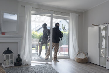 Two burglars entering an one-family house at daytime - ONF000618