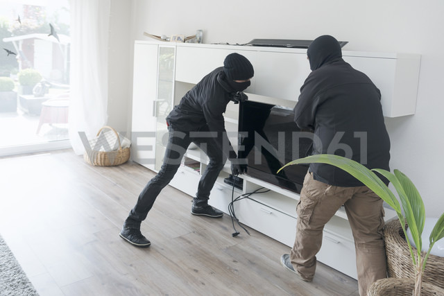 Two burglars at work in an one-family house at daytime - ONF000624 - noonland/Westend61