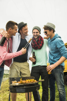 Group of friends drinking beer and having a barbecue - UUF001866