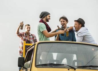 Group of friends drinking beer on pick-up truck - UUF001889