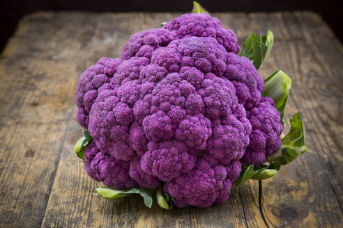 Purple cauliflower on wood - LVF001895