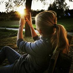 Woman photographing sunset - SARF000832