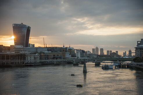 United Kingdom, England, London, River Thames and high-rise buildings at sunrise - PAF000943