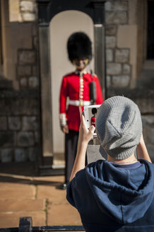 UK, London, boy photographing guard in front of Tower of London with his digital tablet - PA000958