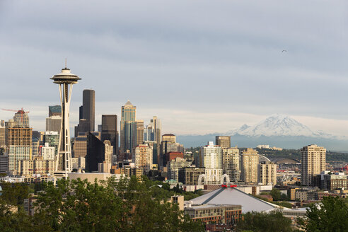 USA, Washington State, skyline of Seattle with Space Needle and Mount Rainier - FOF007103