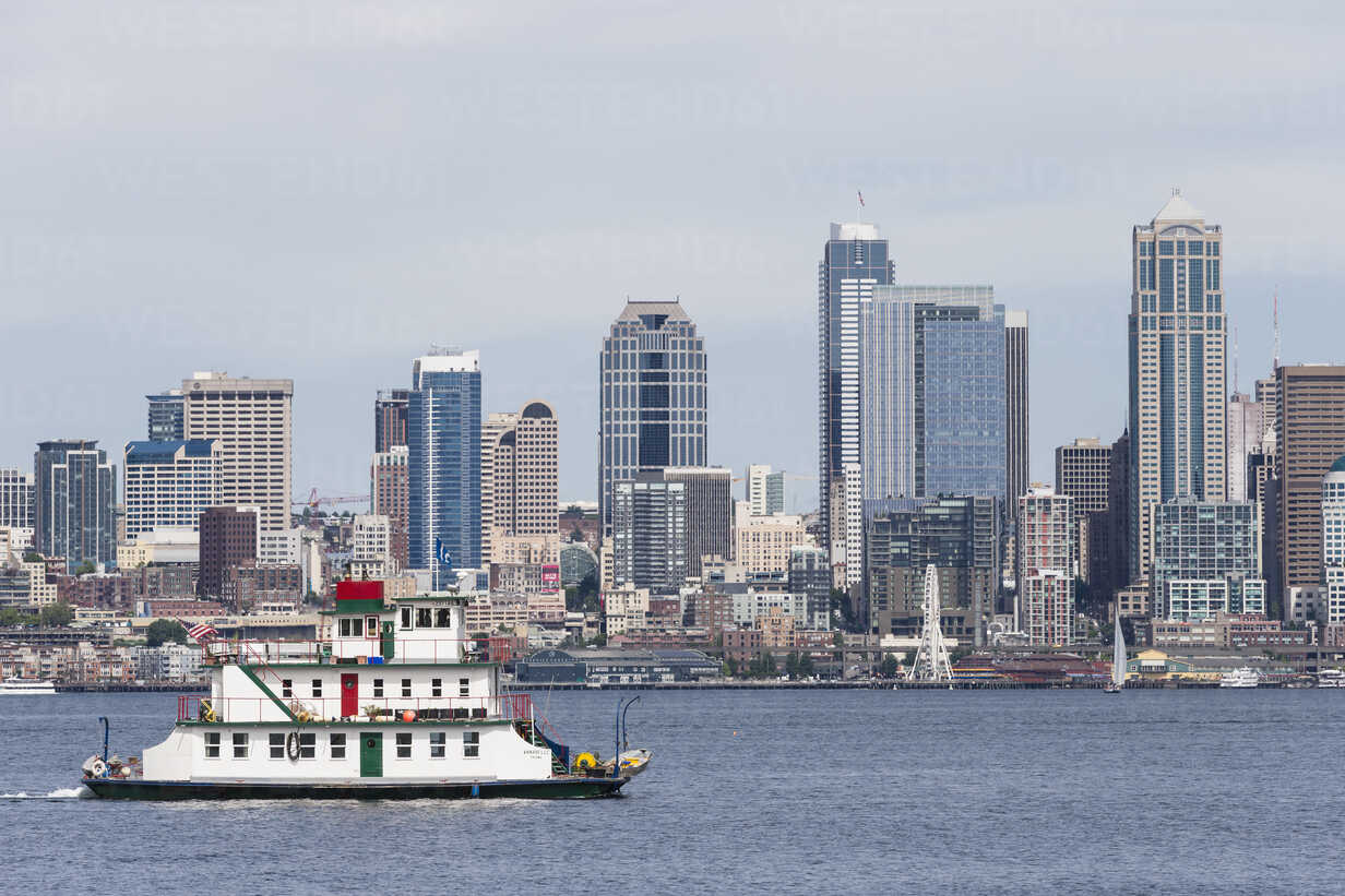 USA, Washington State, Puget Sound and skyline of Seattle with houseboat Annabelle Tacoma - FO007114 - Fotofeeling/Westend61