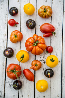 Different heirloom tomatoes on white wood - SARF000850