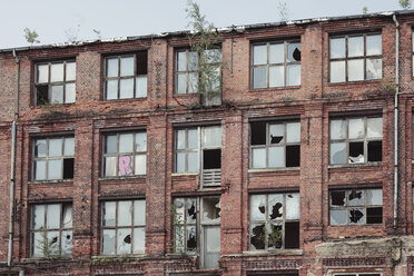 Germany, Saxony, Leipzig, facade of an old industry building with broken windows - DWF000175
