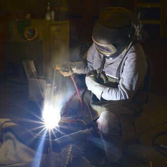 Welder working with electrode method - SCH000426