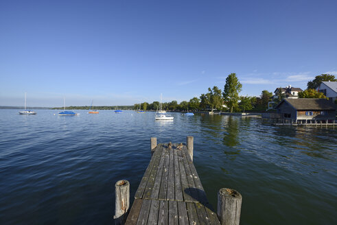 Germany, Bavaria, Upper Bavaria, near Herrsching, Ammersee lake and wooden jetty - LHF000419