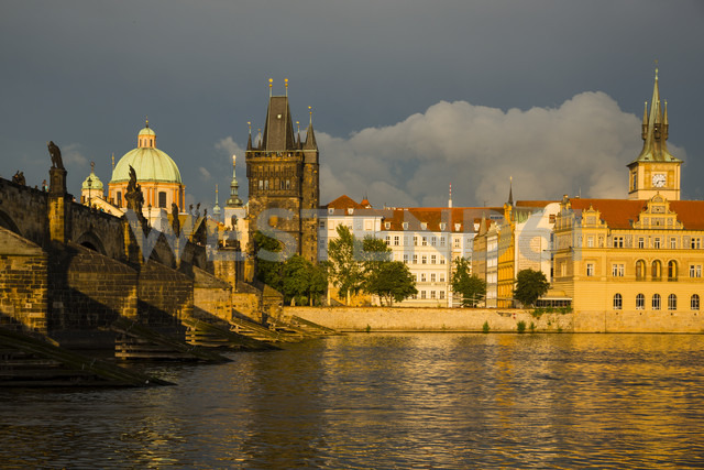 Czechia, Prague, Charles Bridge, Old Town Bridge Tower and Bedrich Smetana Museum in the evening - WGF000474