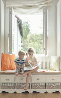 Brother and sister reading a picture book - MW000077