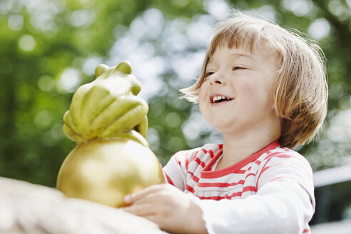 Germany, Hesse, Frankfurt, Little girl playing Frog King - RORF000013