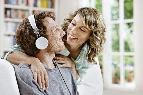 Germany, Hesse, Frankfurt, Adult couple at home listening to music - RORF000088