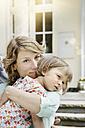 Germany, Hesse, Frankfurt, Mother holding little daughter - RORF000095