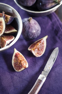 Sliced and whole figs and a pocket knife on cloth - SBDF001306