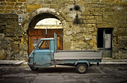 Italy, Apulia, Leccei, parking Piaggio Ape in front of house facade - DIKF000120