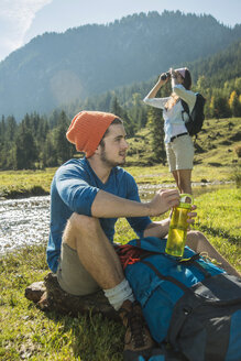 Austria, Tyrol, Tannheimer Tal, two young  hikers relaxing - UUF002122