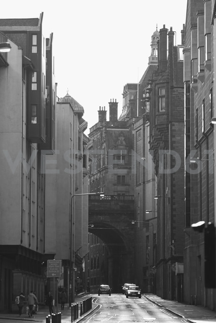 UK, Scotland, Edinburgh, street and old buildings - DLF000020 - dl-photo/Westend61