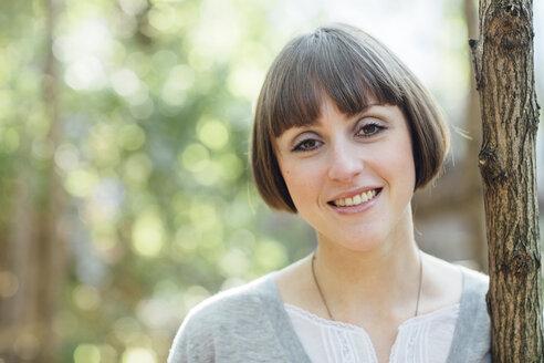 Portrait of smiling woman with bob hairdo - FX000070