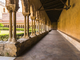 Italy, Sicily, Monreale, Cathedral Santa Maria Nuova, Cloister and courtyard - AM002944