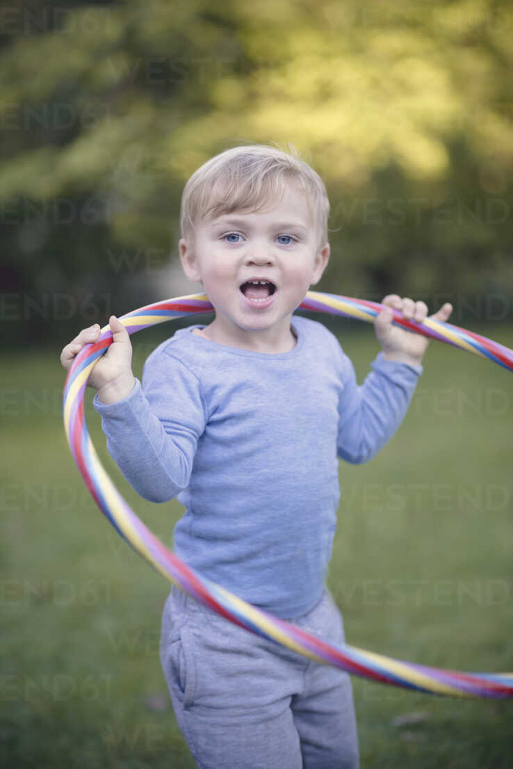 Portrait of little boy standing in the garden with hula-hoop - MW000079 - Martin Wimmer/Westend61