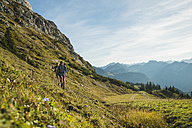 Austria, Tyrol, Tannheimer Tal, young couple hiking - UUF002158