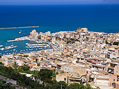 Italy, Sicily, townscape of Castellammare del Golfo with fort and harbor - AMF002983