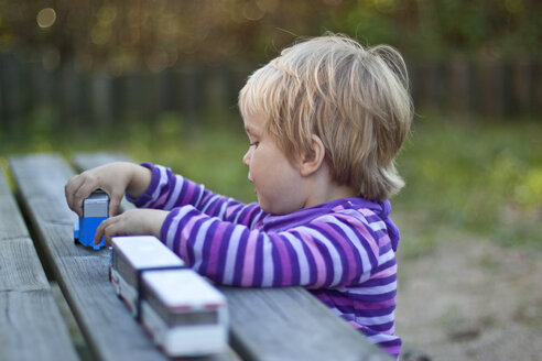 Little girl playing with toy cars - JFEF000471