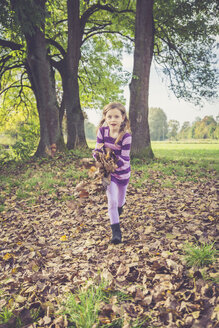 Little girl playing with autumn leaves - SARF000934