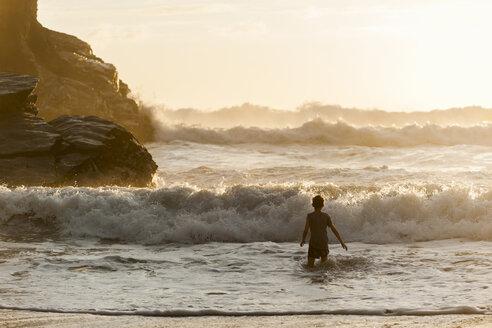 UK, England, Cornwall, Bedruthan Steps, boy in the ocean - PAF001036