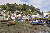 UK, Cornwall, Polperro, Boats at fishing harbour during low tide - FR000051