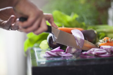 Cutting red onions - ZEF007931