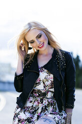 Portrait of fashionable smiling blond woman - DAWF000225